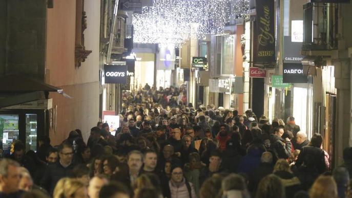 Festiu d'obertura amb més passejants que compradors