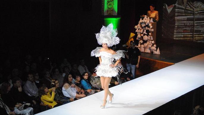Un total de 85 dissenys opten a guanyar el Concurs de Vestits de Paper