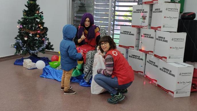 Creu Roja reparteix uns 6.000 joguets a nens i nenes de la província