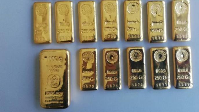 Li decomissen vint lingots d'or ocults al motor del cotxe a la duana