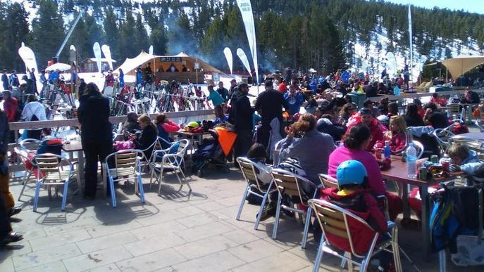 Esquí, aventura i arbres en flor atreuen milers de turistes al Pirineu i el pla