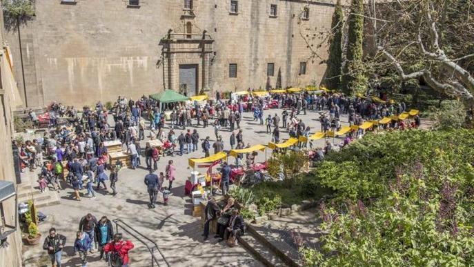 Desenes de productors venen mel a la fira de Riner