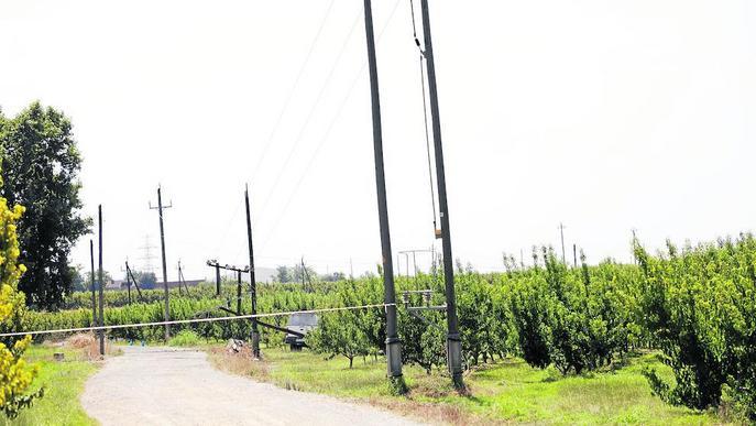Un conductor fa caure una torre elèctrica i se'n va del lloc