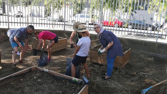 Famílies de Cappont cuiden a l'estiu l'hort del col·legi Frederic Godàs
