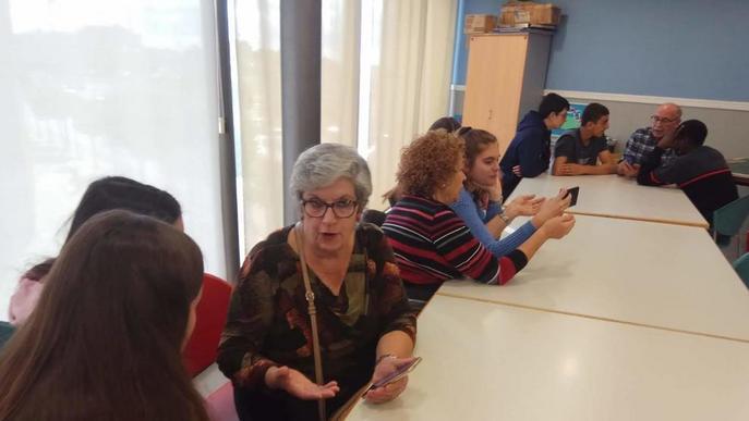 Alumnes de Torre Queralt ensenyen a gent gran