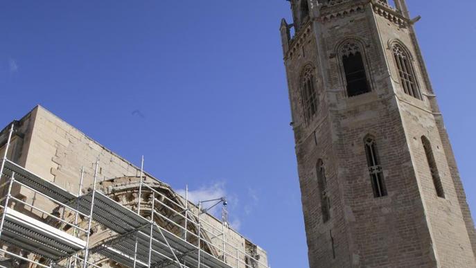 Les bastides ja cobreixen la façana de la Porta dels Apòstols de la Seu Vella