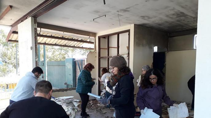 Una vintena de voluntaris 'rescaten' arxius de la fàbrica tèxtil d'Alfarràs