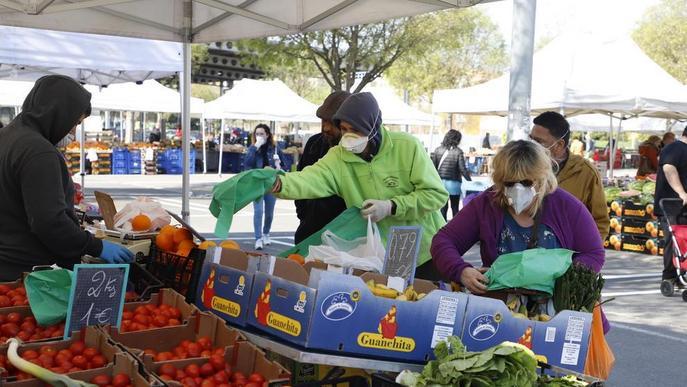 Mercadillo de fruites i verdures amb protecció i l'Eix Comercial, buit