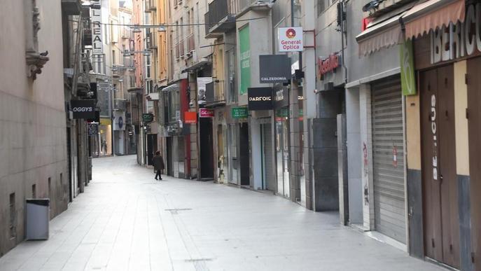 Detingut per robar al carrer Major de Lleida i agafar pel coll al responsable d'un estanc