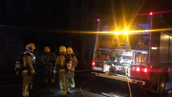 Sufoquen un incendi en una casa en obres a Tredòs