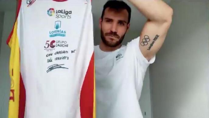 Craviotto dóna una samarreta per lluitar contra el coronavirus