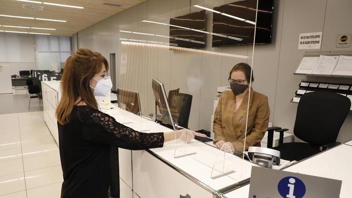 Mampares a les oficines d'atenció al públic de la Paeria quan reobrin