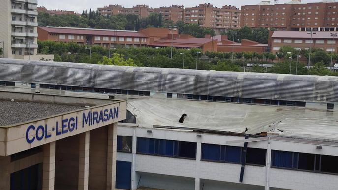 El col·legi Mirasan, pendent de poder retirar la teulada enfonsada