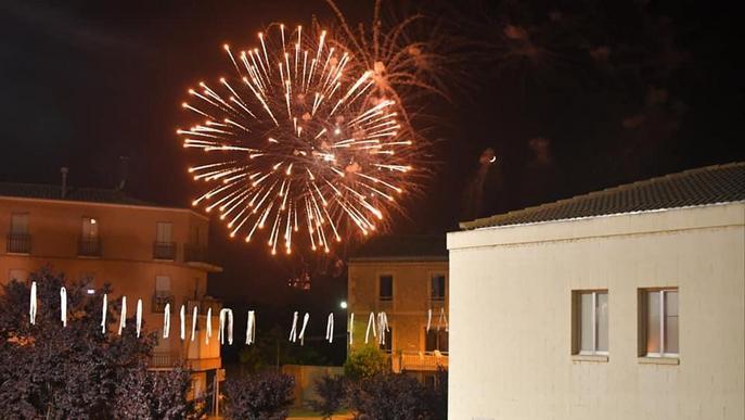 Castell de focs per finalitzar la festa major confinada a Linyola