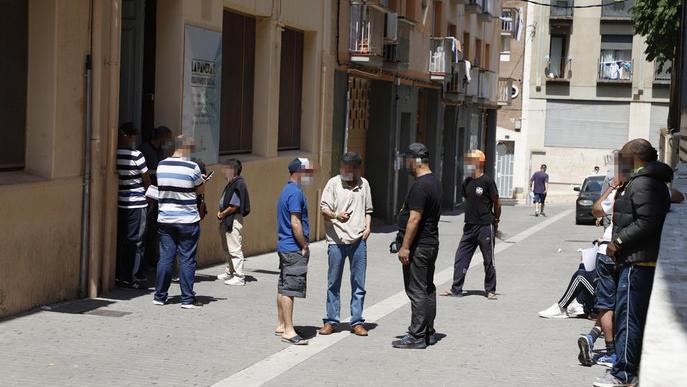 Cua davant el centre de repartiment de menjar al carrer Panera