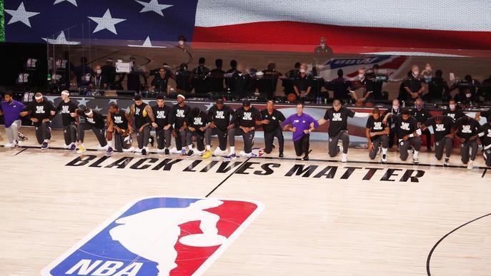 L'NBA torna amb el genoll a terra contra el racisme