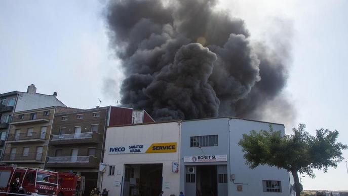 Tres ferits i desallotjats dos pisos a l'incendiar-se un taller a Tàrrega