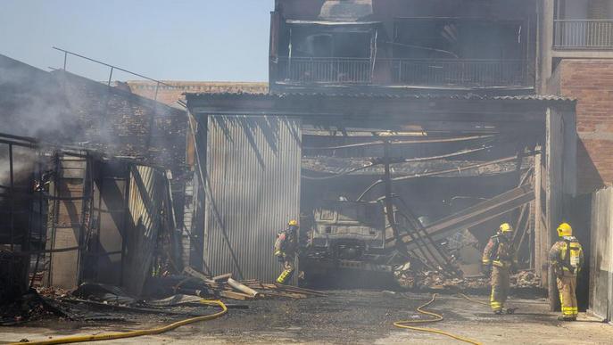 ⏯️ Tres ferits i desallotjats dos pisos a l'incendiar-se un taller a Tàrrega