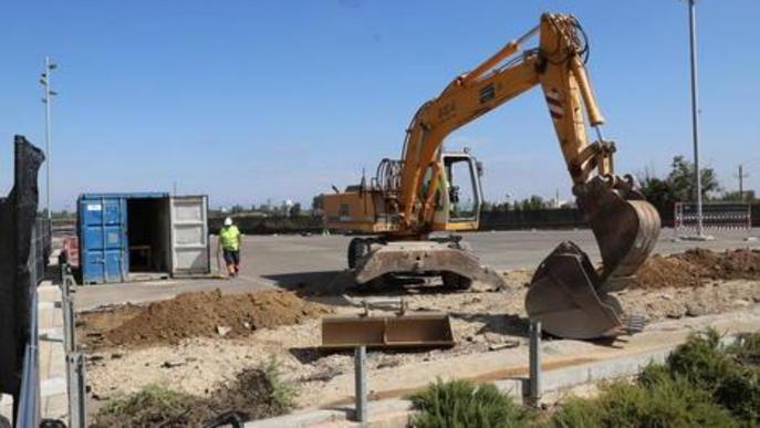 Una excavadora treballava ahir en la construcció de l'edifici Covid.