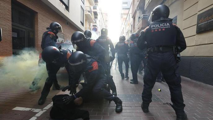 ⏯️ Aldarulls i una dona detinguda durant el desnonament de tres persones a Lleida