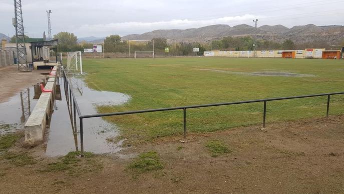 Esquerdes al camp de futbol d'Alfarràs per la inundació