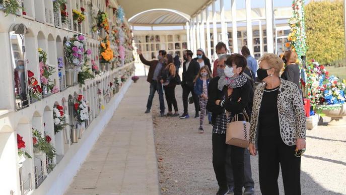 Cementeri Lleida (persones amb mascareta). Arxiu