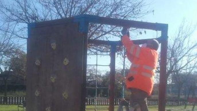 Millores en parcs infantils de tres barris