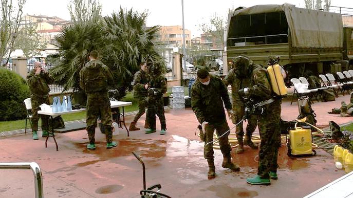 L'exèrcit de terra desinfecta la residència d'Alcarràs