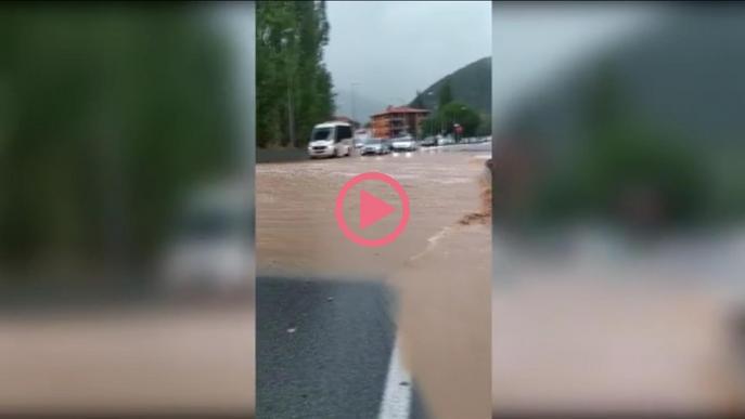 Carrers inundats a Ripoll per les fortes pluges d'aquest divendres