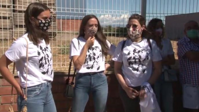 """Més d'un centenar de persones es concentren davant el mural """"censurat"""" a Torrefarrera"""