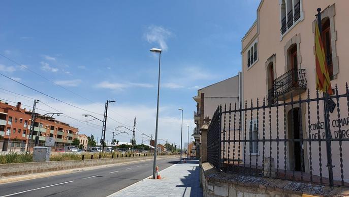 Mollerussa completa la millora de Prat de la Riba amb el trasllat dels fanals a la vorera urbanitzada