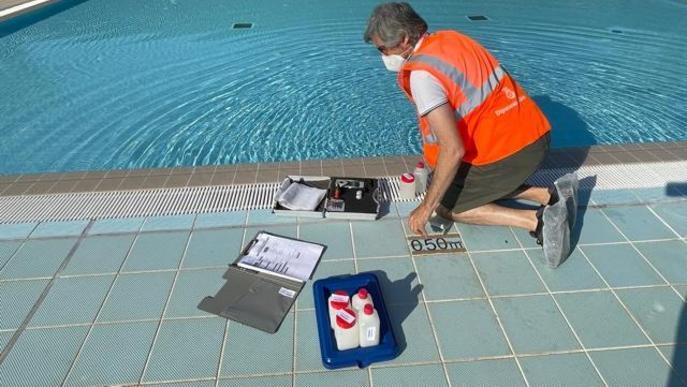 Més de 400 mostres de controls analítics aquest estiu a les piscines municipals del territori