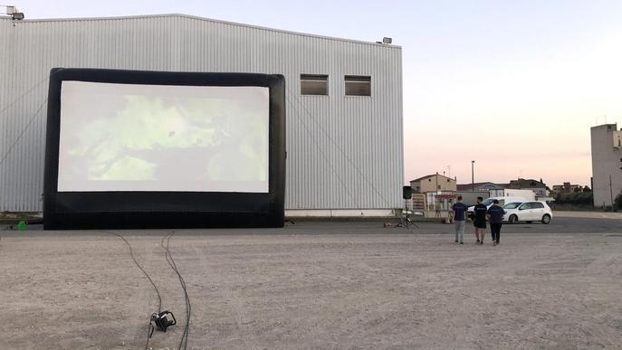 La primera sessió de l'únic auto cinema de Catalunya exhaureix entrades en un dia