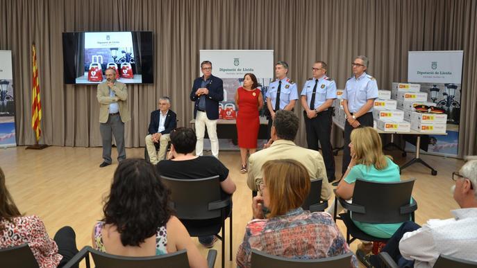 La Diputació lliura 34 desfibril·ladors al cos de Mossos i Bombers