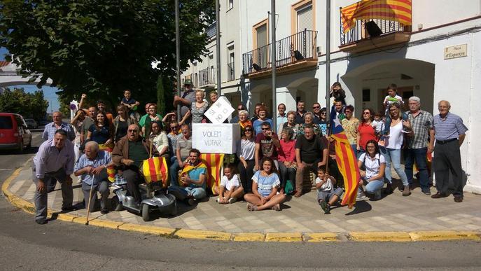 Mig centenar de persones reclama a l'alcalde de Gimenells que posi urnes l'1 d'octubre