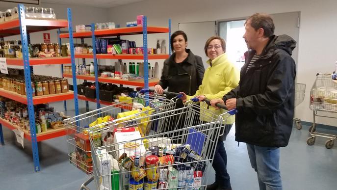 La biblioteca lliura 100 quilos de productes al Centre de Distribució d'Aliments recaptats a través dels tallers