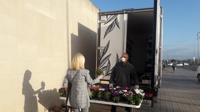 Donacions de material sanitari, mascaretes fetes a mà i plantes per als professionals