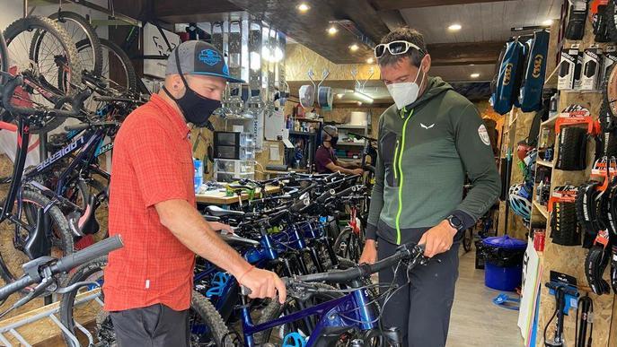 Els Agents de Medi Ambient de l'Aran, amb bicicletes elèctriques