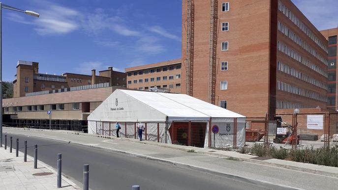 S'instal·la una carpa a l'Arnau de Vilanova per ampliar la zona d'Urgències