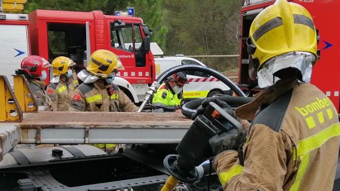 Els Bombers treballen en l'incendi de la cooperativa d'Ivars d'Urgell