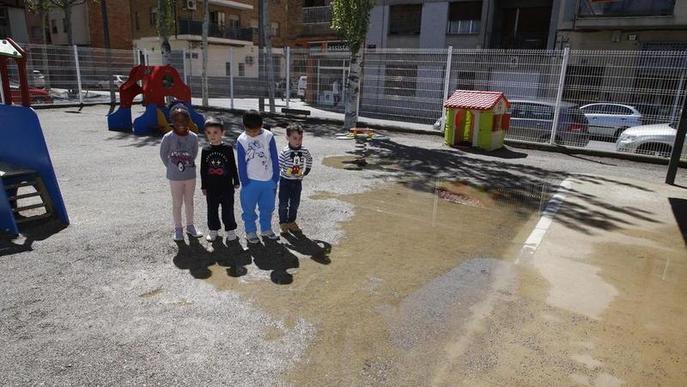 Les famílies reclamen solucions per al pati de Joan Maragall, que torna a inundar-se per les pluges