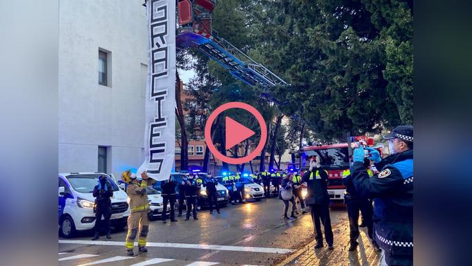 ⏯️ #VÍDEO | Bombers, Guàrdia Urbana i Mossos homenatgen al personal de l'hospital Santa Maria de Lleida