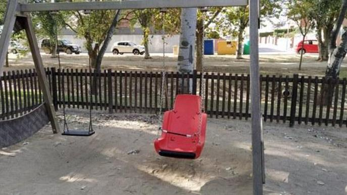 L'Ajuntament instal·la un gronxador inclusiu al passeig Josep Brufau