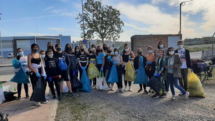 """350 escolars participen en la jornada """"Let's Clean Up"""" a Tàrrega"""