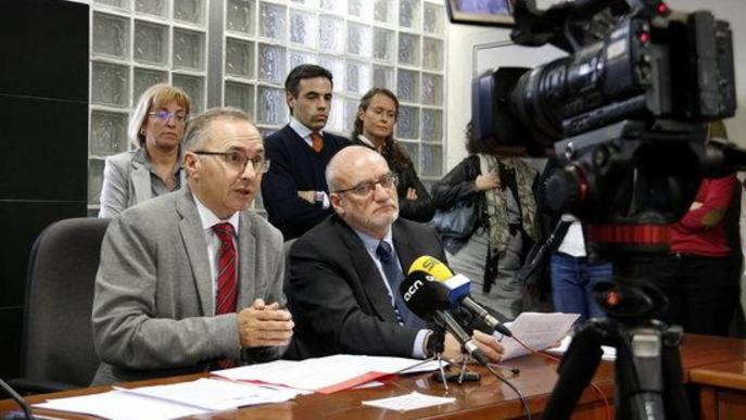 El fiscal den cap de Lleida, Juan Boné (esquerra) i el jutge degà de Lleida, Eduard Enrech (dreta), explicant les seves reivindicacions laborals i professionals