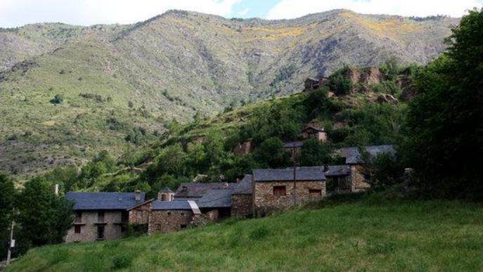 Pla general dels afores del nucli de Civís (Alt Urgell) on es veu de fons la muntanya que, abans de l'ampliació, ja formava part del Parc Natural de l'Alt Pirine
