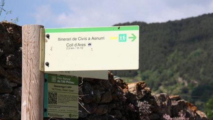 Pla de detall de diverses senyals que indiquen les rutes a peu que es poden fer al Parc Natural de l'Alt Pirineu des del nucli de Civís (Alt Urgell)