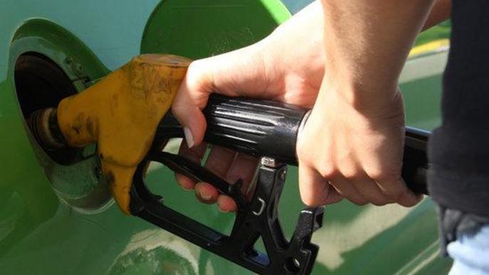 Primer pla del sortidor d'una benzinera. Arxiu