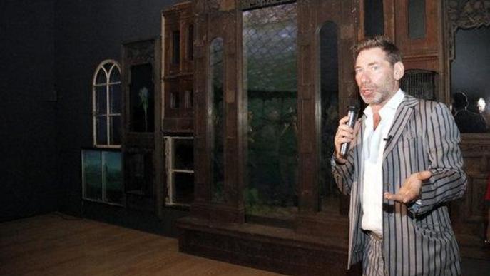 L'artista Mat Collishaw. amb una de les seves obres, durant la presentació de l'exposició 'The end of Innocence', a Lleida
