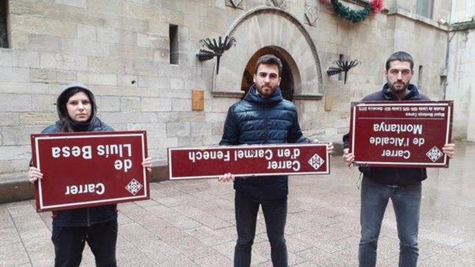 """L'esquerra independentista arrenca plaques de carrers """"franquistes"""" i les lliura a l'Ajuntament de Lleida"""